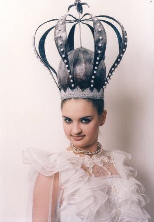 Прическа с короной на выпускной